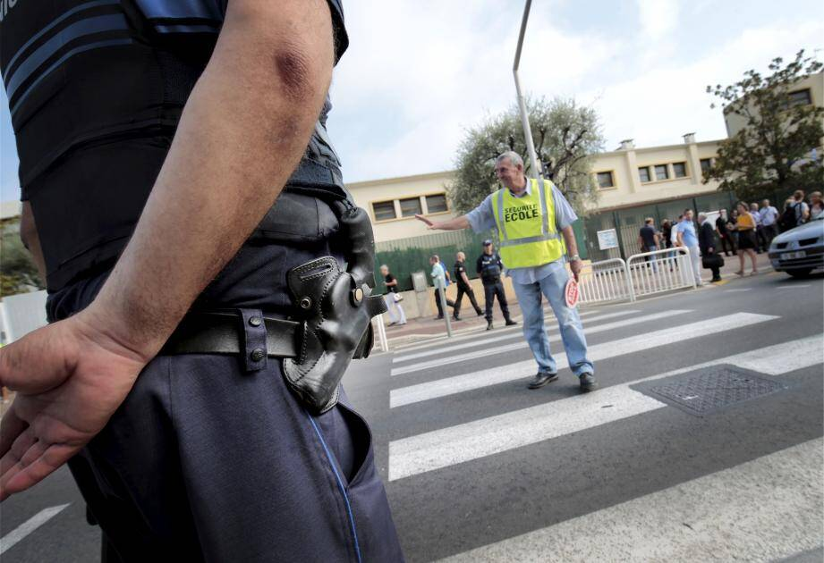 La décision d'affecter un policier municipal à chaque école a été prise par la mairie après l'audit réalisé par le cabinet israélien Lotan sur la sécurité des établissements scolaires niçois.