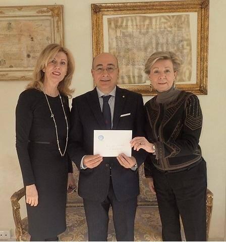De la part du Club Soroptimist de Monaco, Evelyne Tonelli, Présidente, et Nadia Mirza, Conseillère, remettent le don du Club à SEM Cristiano Gallo, Ambassadeur d'Italie  à Monaco.