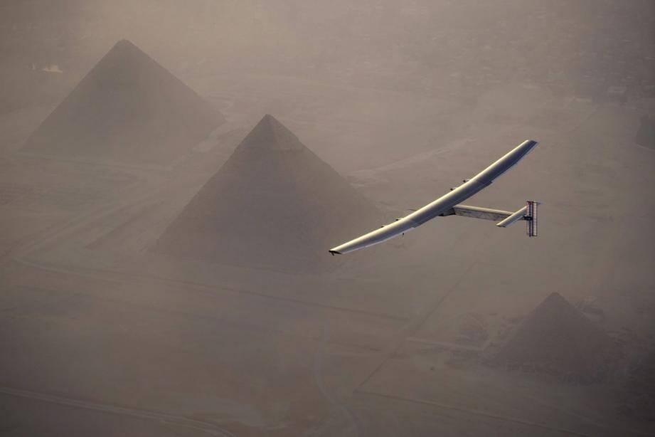 L'un des clichés les plus mythiques du tour du monde, Solar Impulse survolant dans l'aube les pyramides  de Gizeh en Égypte.