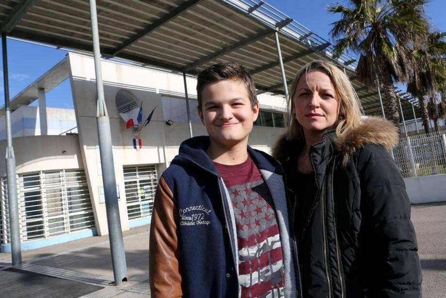 Tom et sa mère Élodie, devant le collège André-Léotard.
