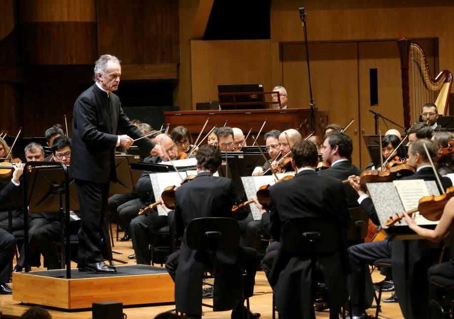 Jean-Claude Casadesus dirigeant le Philharmonique avec, dans le fond, Olivier Vernet au clavier du grand orgue.