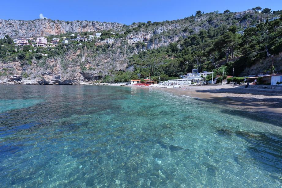 La plage de la Mala de Cap-d'Ail est l'un des endroits les plus emblématiques de la ville. Elle est aussi l'un des sites jugés comme les plus beaux de la Côte d'Azur.