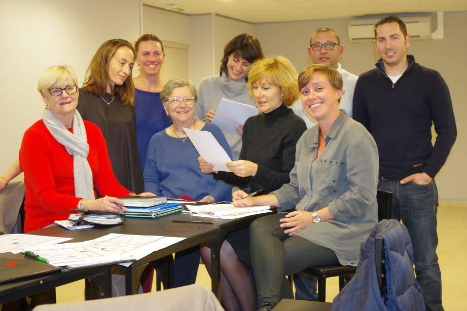 l'élue Agnès Martin vérifie le calendrier avec son équipe et le maire Anne-Marie Waniart.