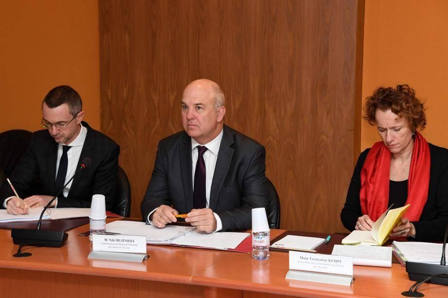 De gauche à droite : M. Giancarlo Cardinale, adjoint à la directrice du Bureau du Commissaire aux Droits de l'Homme ; M. Nils Muiznieks, Commissaire aux Droits de l'Homme du Conseil de l'Europe et Mme Françoise Kempf, conseillère.