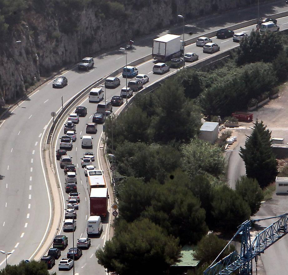 En jeu : résoudre le sempiternel problème de la saturation routière aux abords de la Principauté, essentiellement dans le secteur de la Brasca, à Eze.