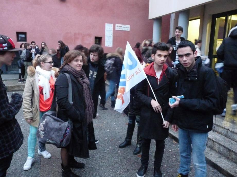 Le rassemblement de soutien à Matthew Marion (à droite) a réuni une douzaine d'élèves, soutenu par le responsable fédéral de l'UNL 83.