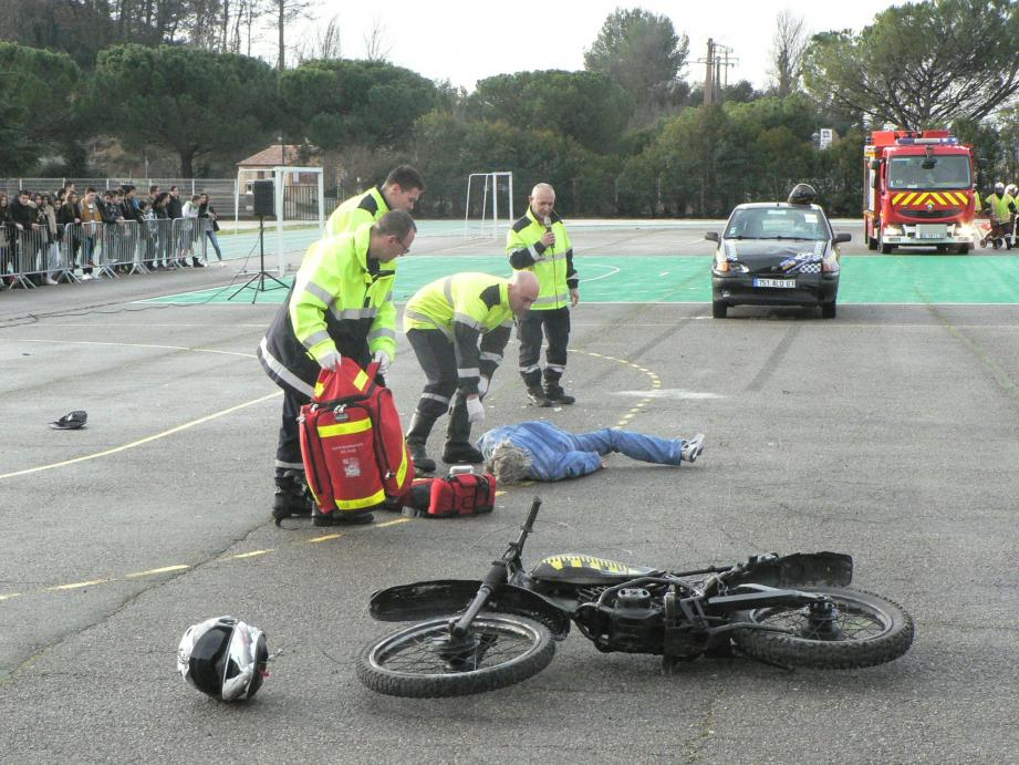 Arrivés sur les lieux de l'accident, les pompiers ne peuvent que constater le décès du jeune motard.
