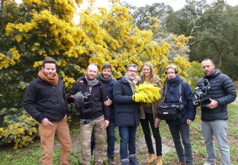 Julien Cavatore (à gauche) a reçu Jamy Gourmaud (au centre avec le bouquet de mimosa) et toute l'équipe de l'émission Comme une envie de jardins.