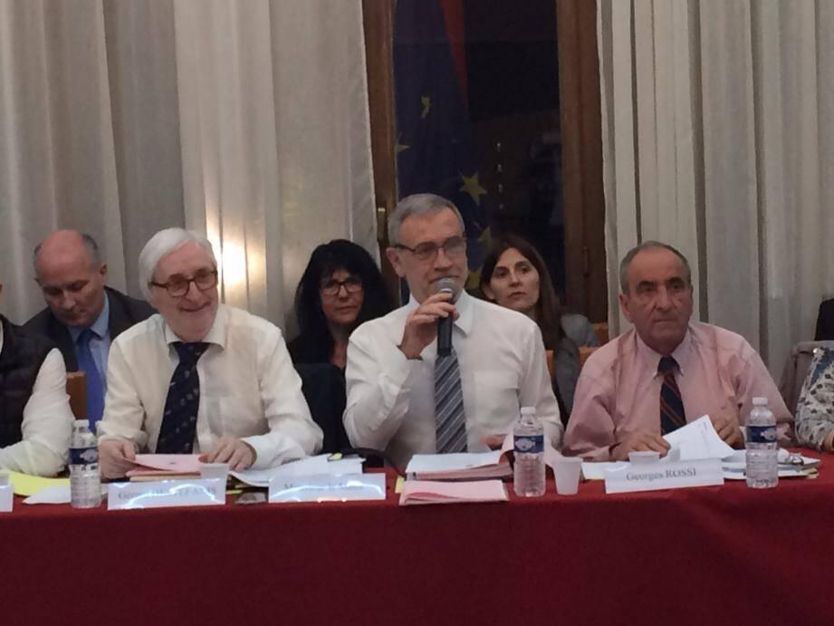 Le maire Gérard Spinelli, constate «un nombre de résidences secondaires croissant», alors que la demande de logements est de plus en plus forte. Il veut donc une «taxe dissuasive».