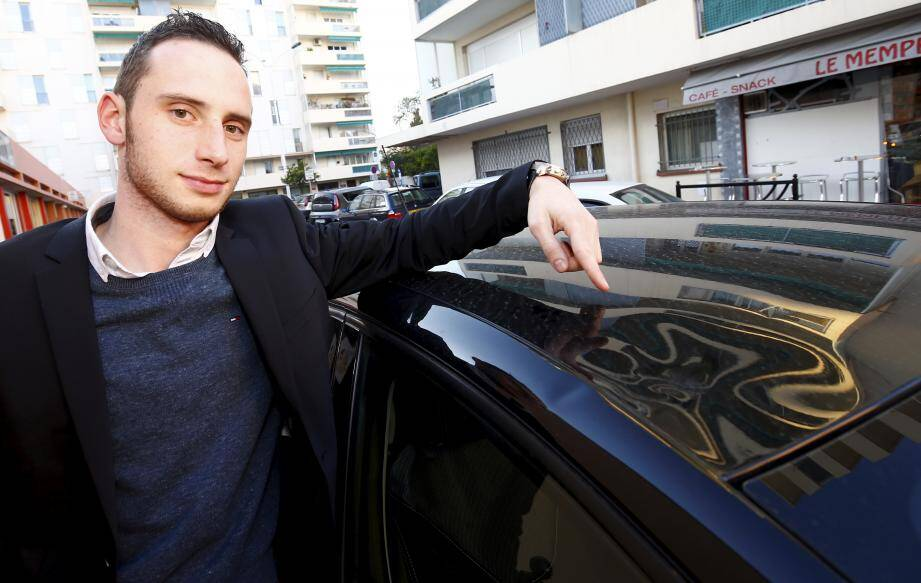Tanguy Hugues, étudiant de 23 ans, doit effectuer 3.000 euros de réparation sur sa voiture neuve suite à la chute de branches d'un palmier de la Ville.