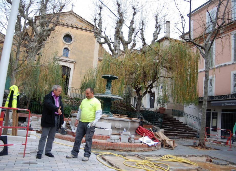 Jean Pierre Chorel, adjoint aux travaux (à gauche), pense que les travaux seront terminés fin mars.