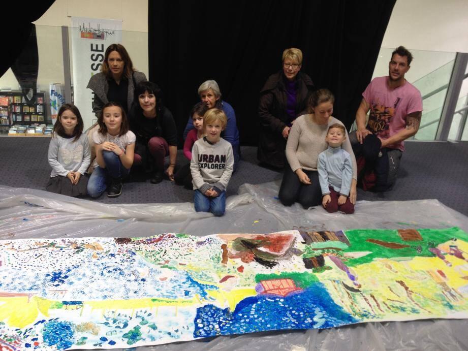 Joëlle Eyraud présente la fresque réalisée par les jeunes lors de son atelier « Les semeurs de couleurs ».