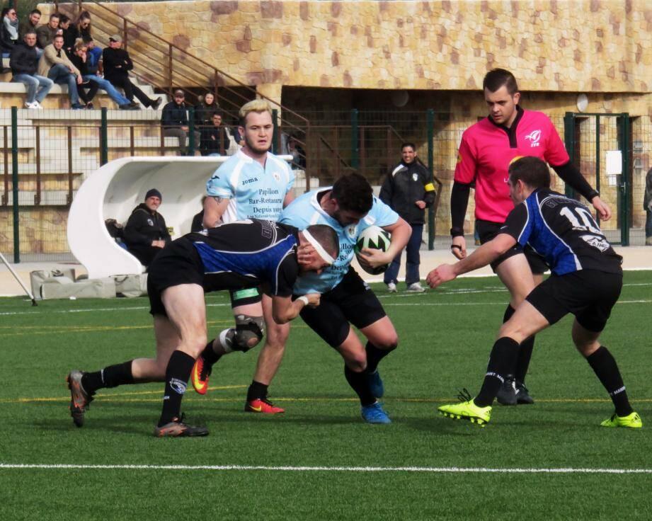 Les Ollioulais (en bleu) ont surpris les Mandréens dès l'entame en inscrivant les neuf premiers points du match. L'USSM a répondu par deux essais dont un transformé.