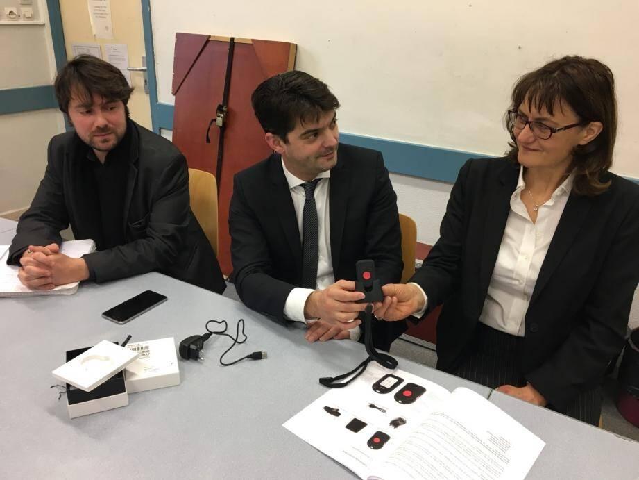 Le maire remet le bouton d'alerte attentat à la principale du collège Saint-Hilaire, Valérie Biondi, en présence du principal adjoint, Julien Durante.