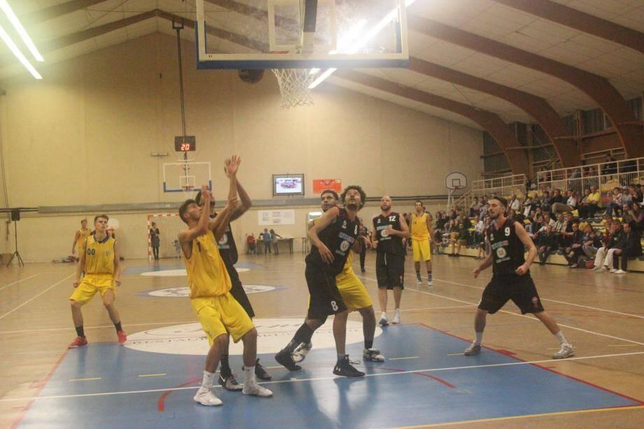 Lorgues en action contre Hyères en jaune.
