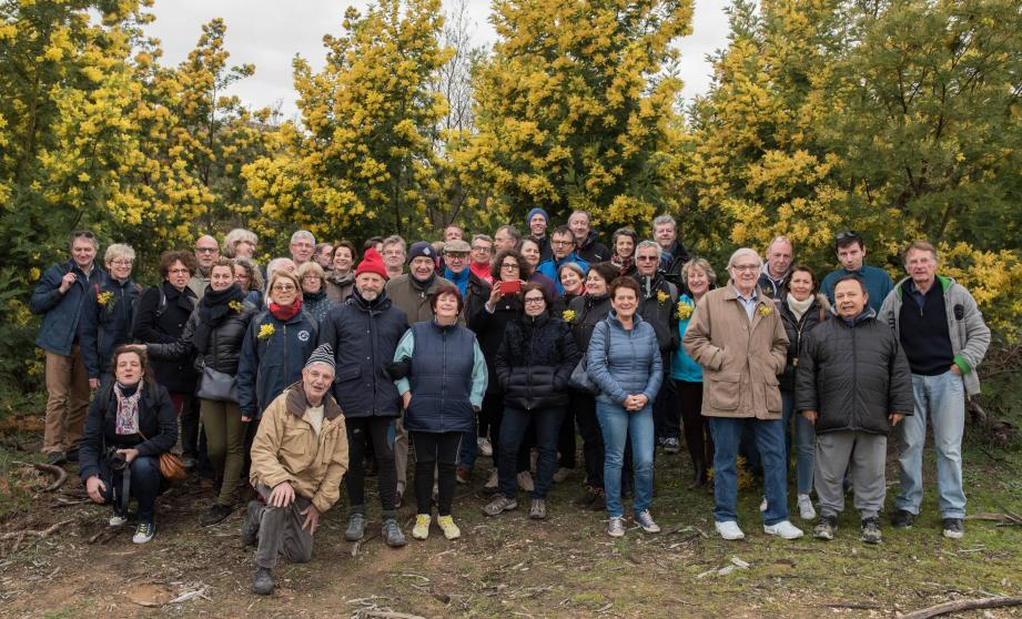 Les participants à la randonnée des mimosas séduits par le cadre du lac de Saint-Cassien.