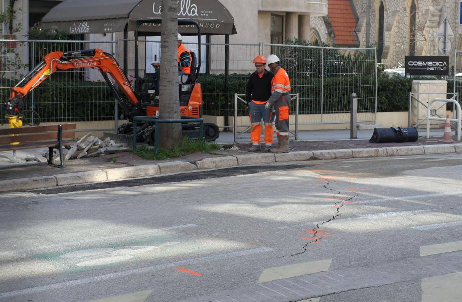 L'asphalte s'est fissuré et une canalisation d'eau s'est rompue. Le gaz a été coupé par précaution. Aucune fuite n'a été détectée mais Grdf mène des investigations sur son réseau qui dureront au moins jusqu'à ce soir.