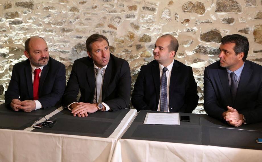 Pierre Jugy (au centre à gauche), maire de Tourtour et candidat « sans étiquette » aux législatives 2 017, a reçu le soutien du Front national, hier matin, au « Café des 2 L » à Draguignan. À sa gauche, David Rachline, sénateur-maire de Fréjus. À droite, le suppléant du candidat, Stéphane Pellegrin.
