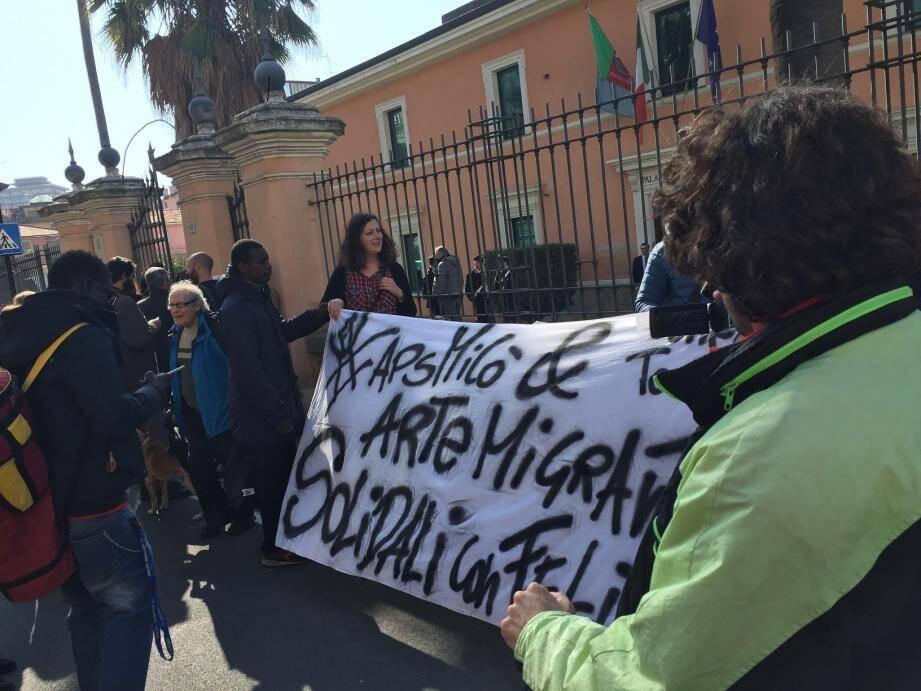 « Solidaires avec toi Félix » : près de 80 citoyens et militants associatifs sont venus soutenir le jeune Azuréen.
