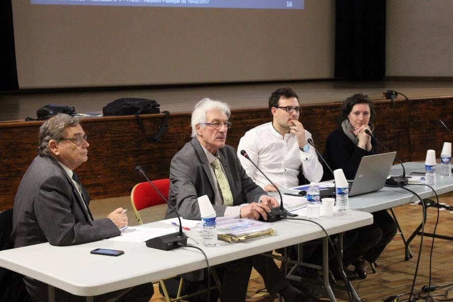 De g. à d.: Gérard Puverel, Raymond Abrines, Lilian Cardona et Elodie Garnier (cabinet Citadia) ont présenté les grandes orientations du futur PLU durant plus de deux heures.