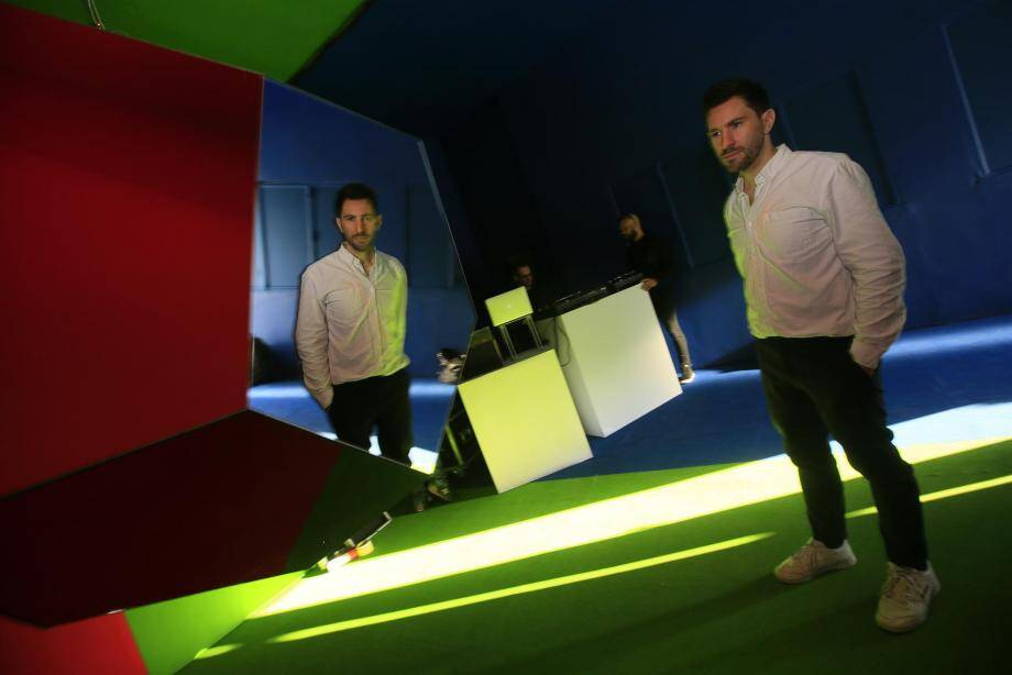 La lumière définit l'espace de la discothèque éphwémère, imaginée dans le gymnase de la Villa Noailles par l'architecte Nicolas Dorval-Bory.