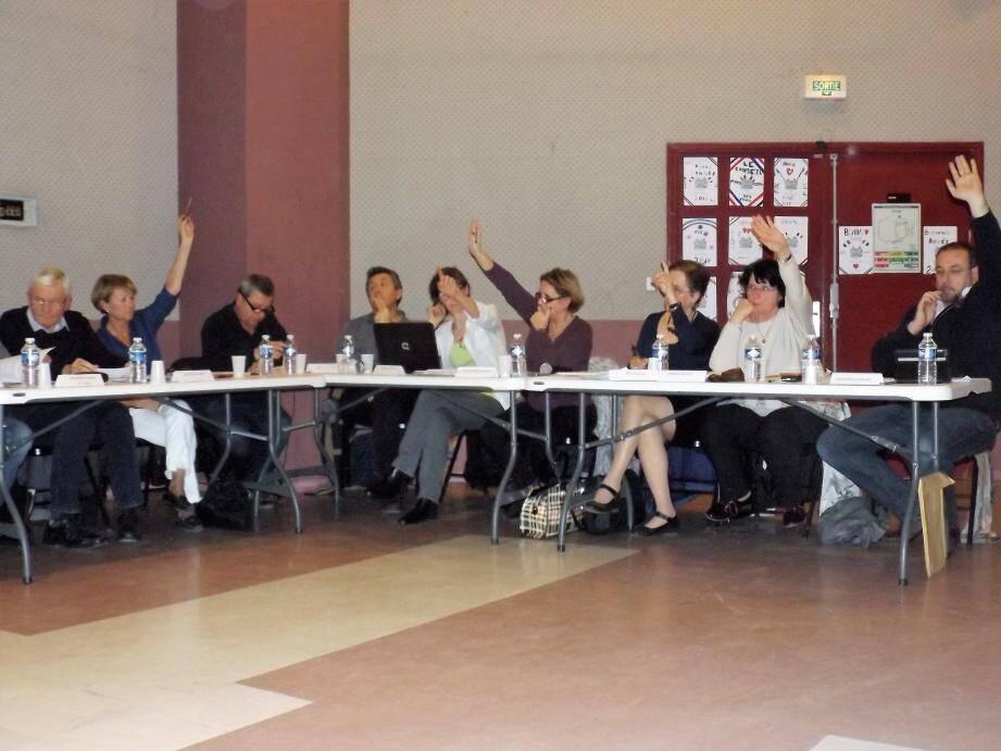 Pour la première fois, les élus ont investi l'espace culturel pour un conseil municipal tendu.