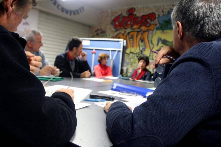 Une réunion entre les bénévoles de Solidarités nouvelles face au chômage (SNC).