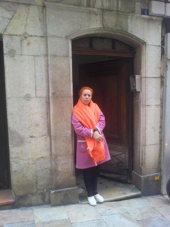 Warda Nedjema Benhammou devant chez elle... mais plus pour longtemps.