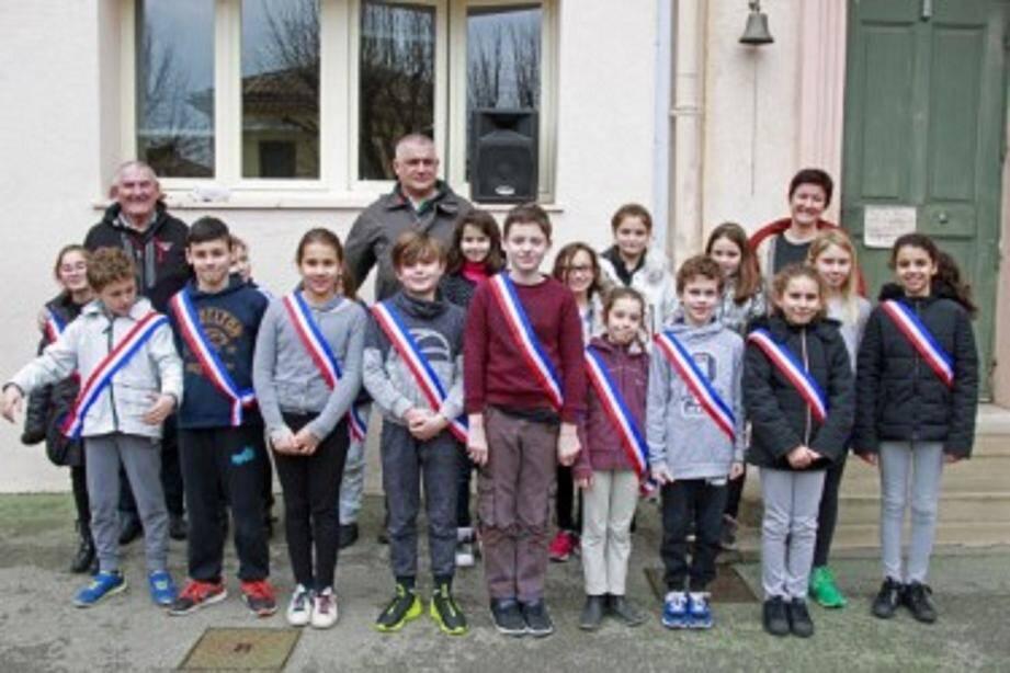 À l'issue des élections, une photo souvenir en présence du maire a été réalisée pour immortaliser ce joli moment et féliciter le nouveau conseil municipal des enfants de Châteauneuf.