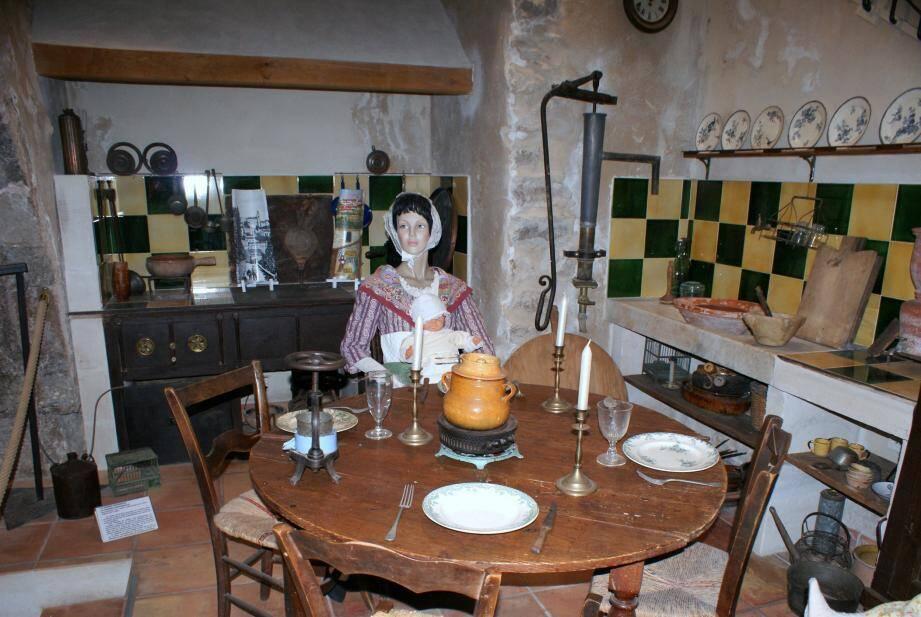 Une cuisine traditionnelle reproduite au musée du vêtement provençal.