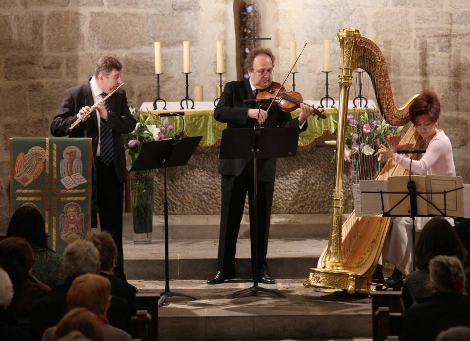 De g. à dr.: Philippe Depetris, Guillaume Sutre et Kyunghee Kim-Sutre dans la nef de Saint-Michel.