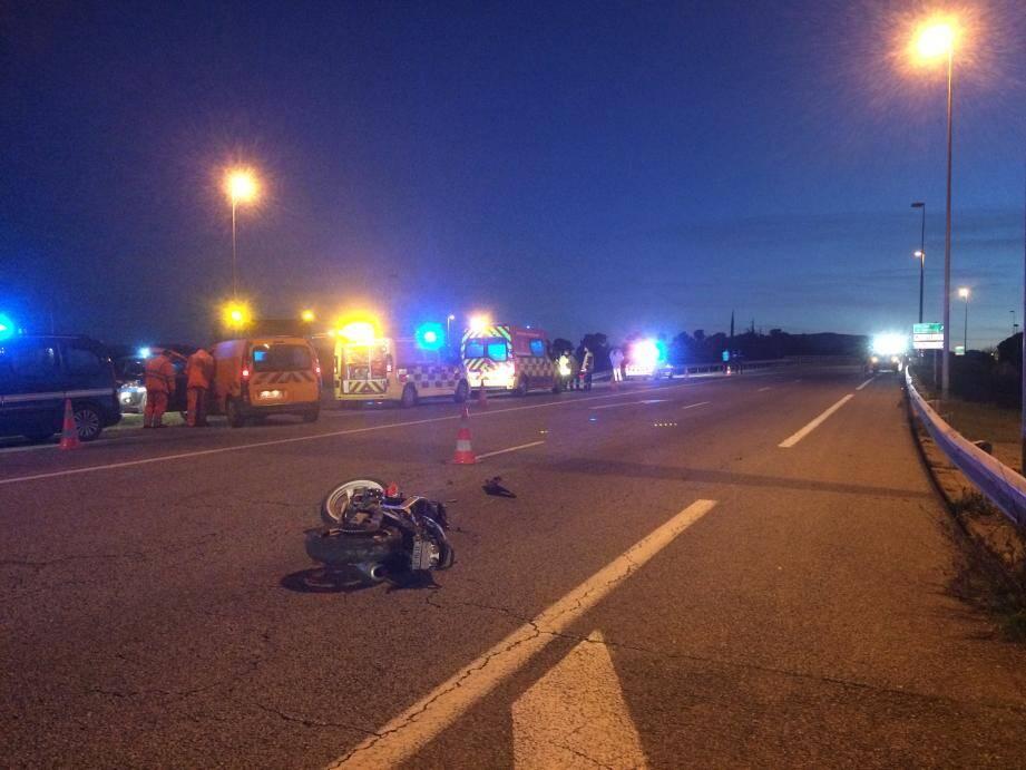 C'est dans cette ligne droite, entre le péage de l'A8 et le pont surplombant la RdN7, que le jeune motard est décédé.