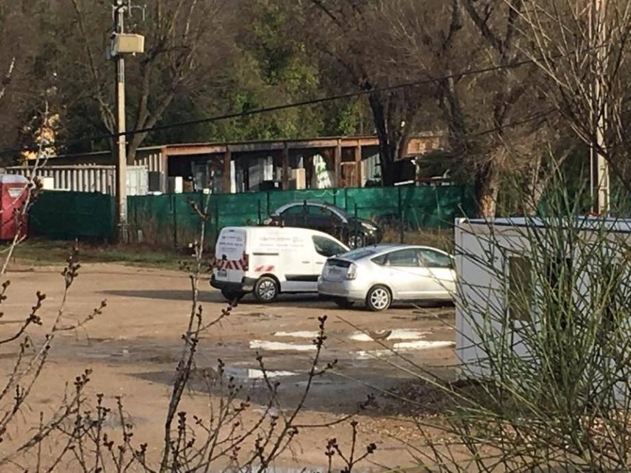 La voiture de fonction de la mairie de Cogolin sur le parking du travail d'Eric Masson, à Grimaud.