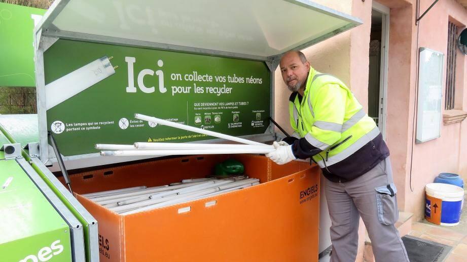Recylum, l'éco-organisme à but non lucratif qui gère le recyclage (entre autre) des ampoules vient de mettre en place des abris pour containers à la déchetterie de Bagnols.