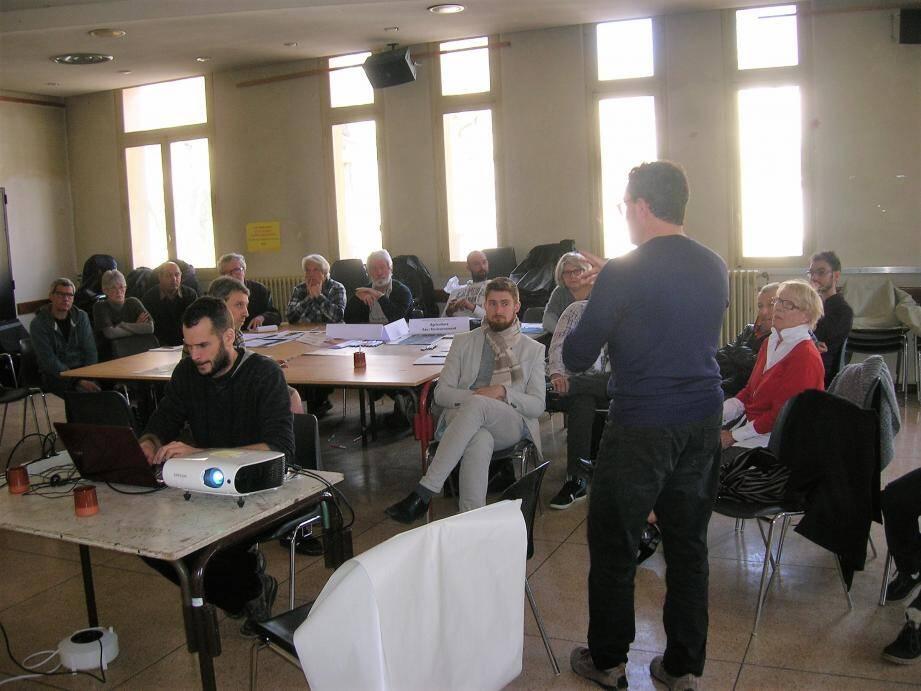 L'assemblée est très attentive à la préparation d'une charte spécifiant les souhaits des habitants présents.