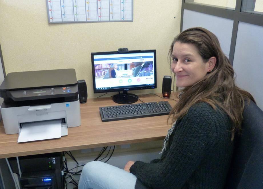 Claire Meillon, agent d'accueil à La Maison de services au public, dans l'une des cabines dédiées à la recherche d'emploi.