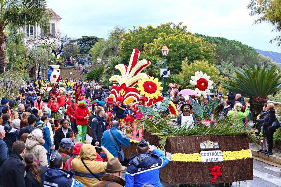 Proclamé « plus beau corso de la Côte d'Azur », le défilé des chars est prévu dimanche à partie de 14 h. Attention, l'accès au village sera interdit en voiture dès 12h50. Mieux vaudra prendre les devants ou utiliser les navettes gratuites.
