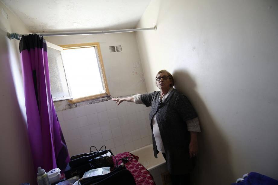 L'humidité transpire des plafonds, murs et fenêtres de la salle de bain de Géraldine Jacquey depuis six ans. Et son logement a été reconnu non-décent depuis 2013.