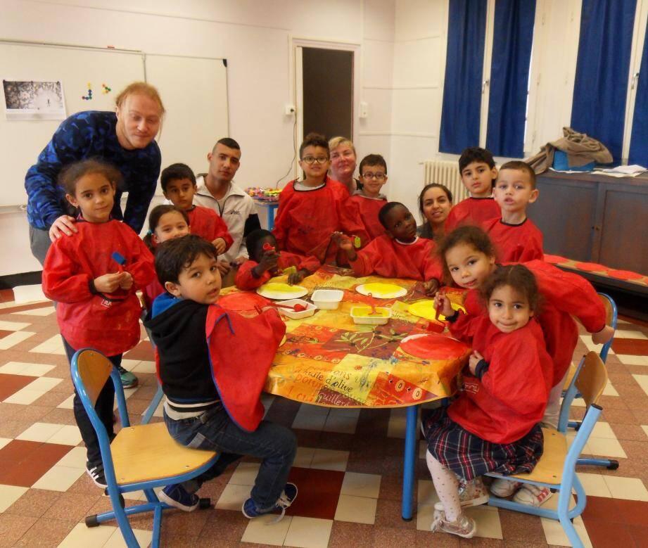 à l'école Basse-Convention (à gauche), les enfants ont réalisé des masques de carnaval. Et les pitchouns, aidés de Natacha, Maïssa et Halima, ont profité de séances d'éveil musical.