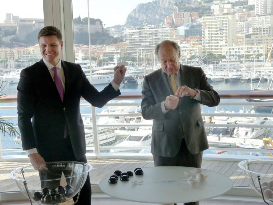 Gareth Wittstock, le frère de la princesse Charlène, et François Forcioli-Conti, le président de la Société des courses de la Côte d'Azur, ont procédé hier au tirage au sort associant chevaux et associations.