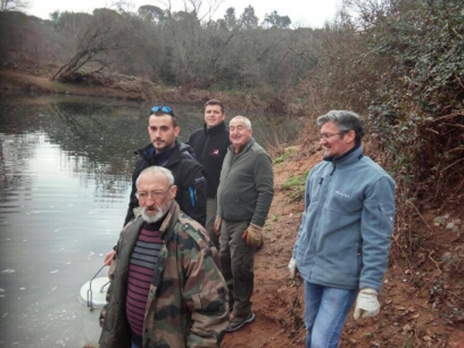 Des pêcheurs du Poisson d'Argent, très attentifs à l'introduction de carnassiers et poissons blancs pour la future saison de pêche.