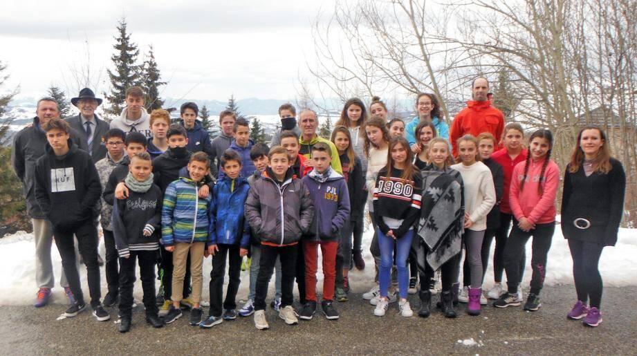 Arrivés près de leur centre d'hébergement à Chaillol, les jeunes leur encadrement et l'adjoint aux sports, Florent Villanova.(DR)