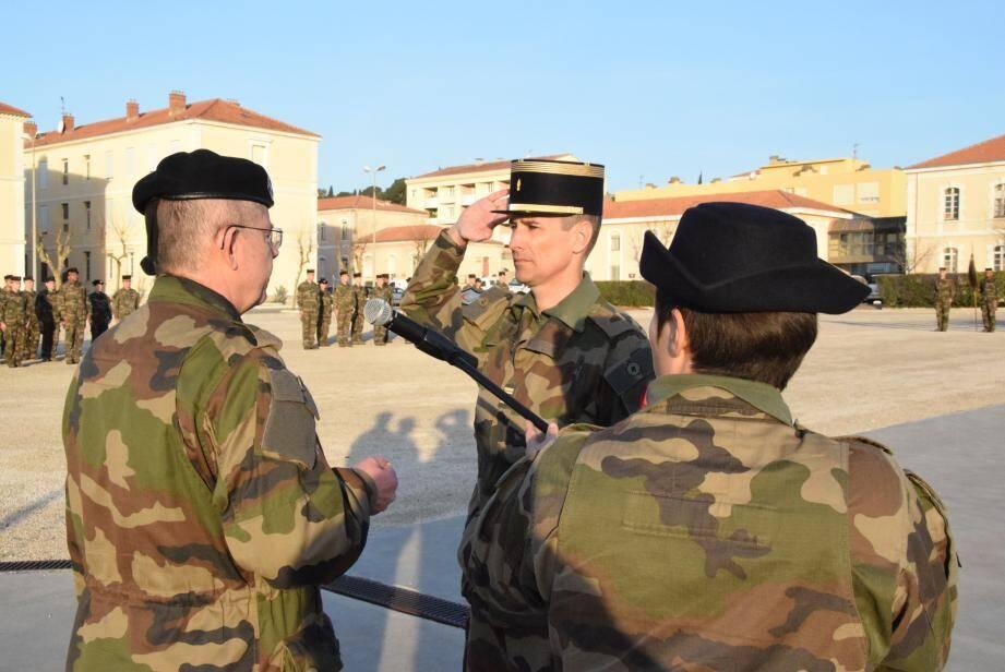 Le général Bienfait remet la décoration au colonel Dréo.