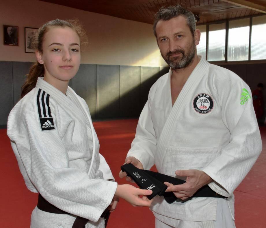 Le professeur Franck Lefèbvre remet la fameuse et très convoitée ceinture « noire » , à Sarah Verdeil sa jeune et talentueuse élève.