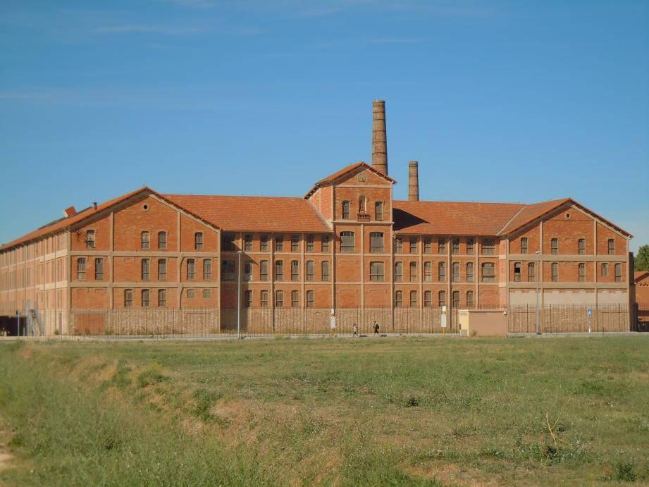 Dans ce bâtiment furent internées entre 1939 et 1942, plus de 10 000 personnes.