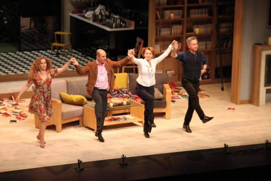 Le Syndrome de l'Écossais, ici avec le quatuor réuni pour le joyeux salut final, bénéficiait d'un impressionnant décor signé Jean Haas..