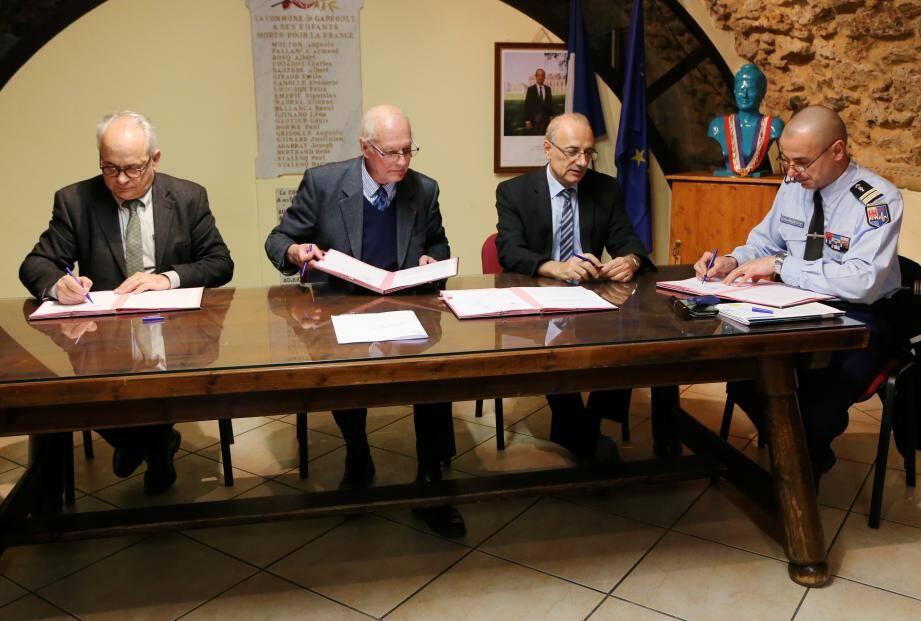 Le procureur de Draguignan Ivan Auriel, le maire Georges Fabre, le sous-préfet de Brignoles André Carava et le lieutenant-colonel Bourin ont tous les quatre signé la convention.