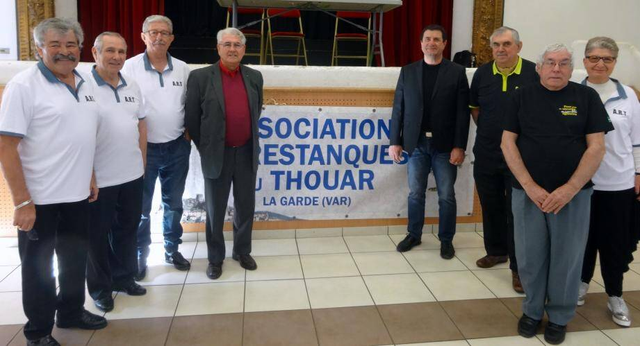 Autour de Marc Paseri à droite (en veste noire et jean), les membres dynamiques du bureau de l'Association des restanques du Thouars.