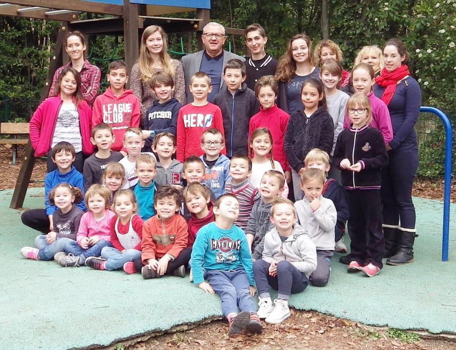 Elus, animateurs et enfants se sont retrouvés sur le terrain de jeux extérieurs.
