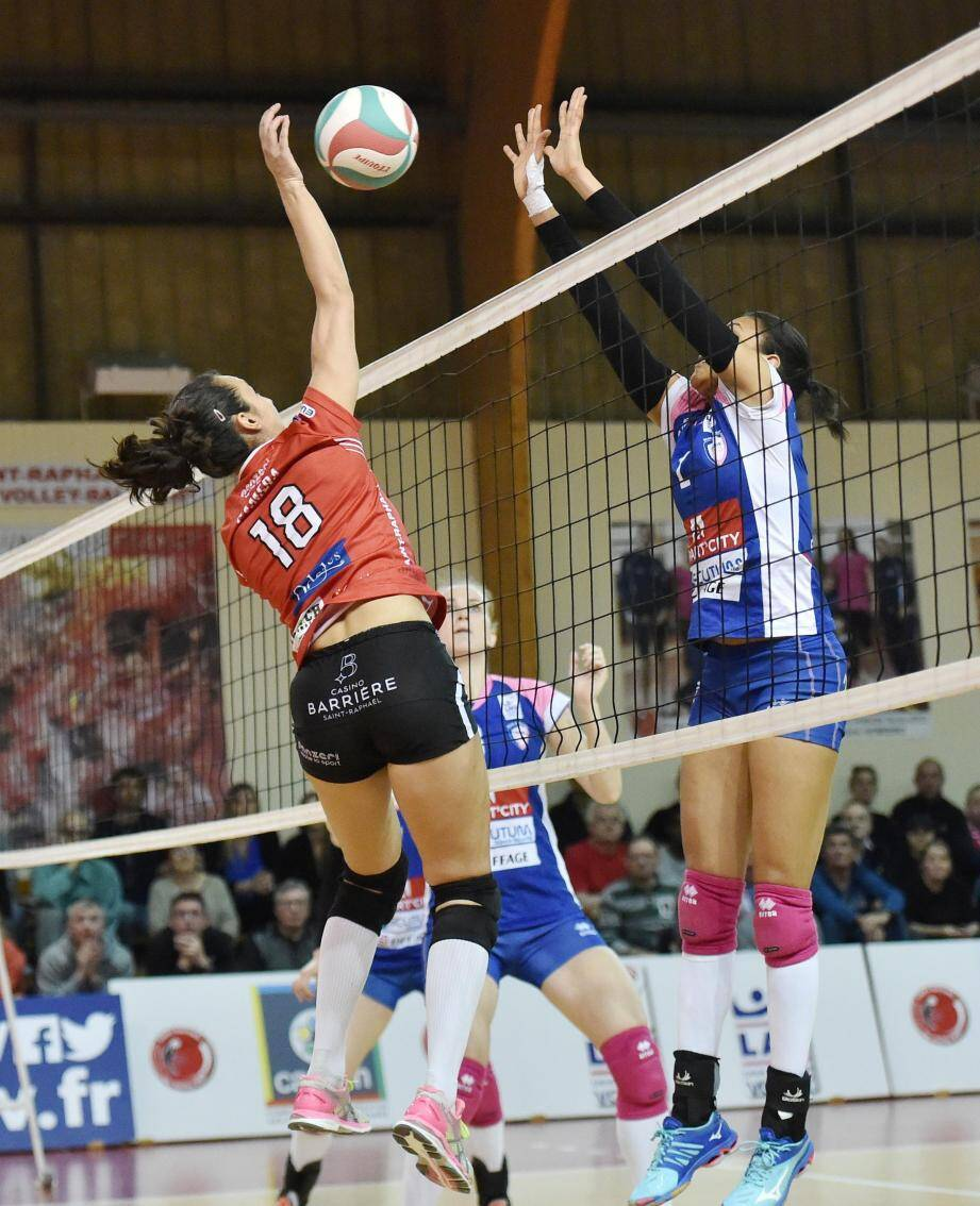 Ciara Michel (à droite) et les Raphaëloises peuvent exulter : en renversant Paris, elles peuvent désormais décrocher un rôle pour les phases finales du championnat.